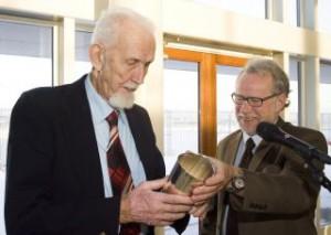 Den 83-årige flypionér Jens Toft modtog Ellehammerprisen. Den blev overrakt af Jens Langergaard fra klubbens bestyrelse. Foto: Bjarne Lüthcke
