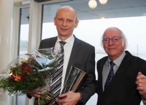 Formand Ejvind Olesen (th.) overrakte pokal og blomster til Martin Møller, stifter af Nordic Aviation Capital.  Foto: Bjarne Lüthcke