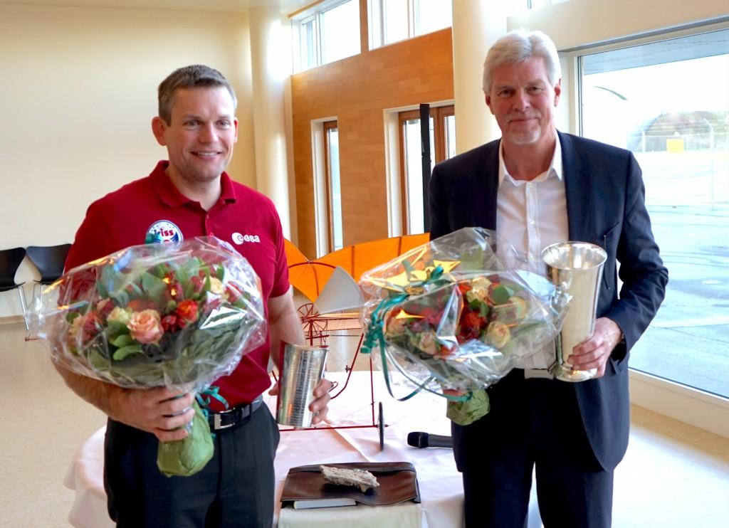 Astronaut Andreas Mogensen og lufthavnsdirektør Kjeld Zacho Jørgensen modtog Ellehammer Prisen og Luftfartspokalen af Danske Flyvejournalisters Klub. Foto: Frank Undall.