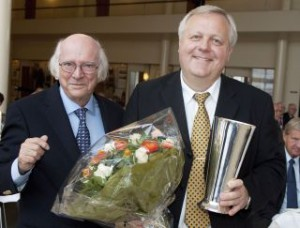 Formand Ejvind Olesen overrakte pokal og blomster til  Klaus Ren, topchef i JetTime. Foto: Bjarne Lüthcke