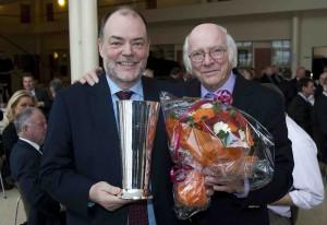 Formand Ejvind Olesen overrakte pokal og blomster til  Søren Svendsen, adm. direktør i Aalborg Lufthavn.