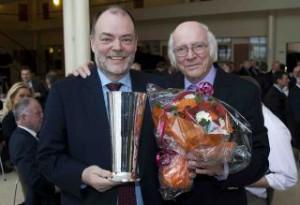 Direktør for Aalborg Lufthavn, Søren Svendsen, modtager Luftfartspokalen 2012 af formand Ejvind Olesen. Foto: Bjarne Lüthcke.